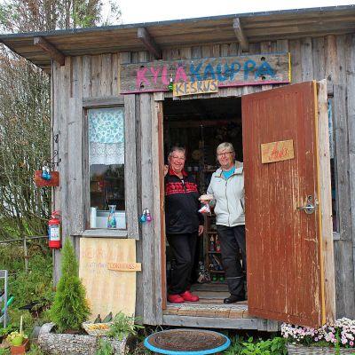 Leila Iholin (vas.) ja Tarjamaarit Mäkelä Nuolniemen kyläkauppakeskuksen ovella.