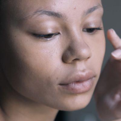 Malli Jessica Kouassivi-Benissania meikataan muotinäytöstä varten.