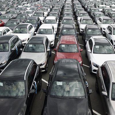 Autoja Uudenkaupungin satamassa.