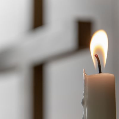 Kynttilä palaa alttarilla.