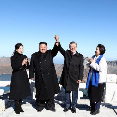 Kim Jong-un ja Moon Jae-in vaimoineen vuoren laella.
