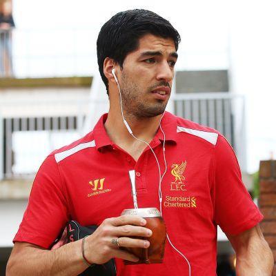 Luis Suarez mate-muki kädessä.