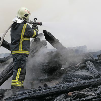 Palomies sammuttaa Kiihtelysvaaran kirkon paloa.