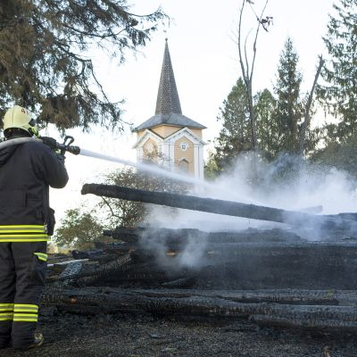 Kiihtelysvaaran kirkon jälkisammutusta Joensuussa 23. syyskuuta.