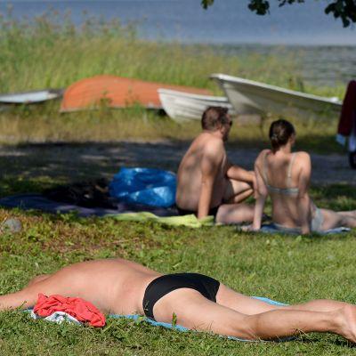 Auringonottaja Solvikin uimarannalla.