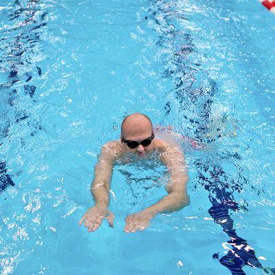 Uimari Lappeenrannan uimahallissa.