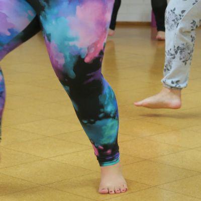 Naisia tanssimassa jumppasalilla