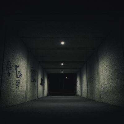 Valaistu alikulkukäytävä, ulkona pimeää