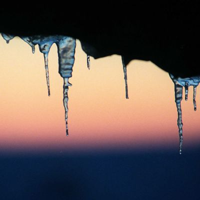 Jääpuikkoja auringonlaskun aikaan.