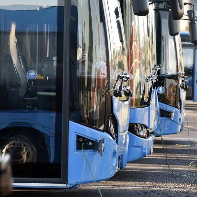 Pohjolan Liikenteen bussivarikolla Helsingin Pasilassa 4. lokakuuta