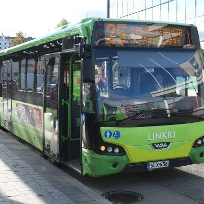 Bussi pysäkillä Jyväskylän keskustassa.