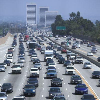 Autoja moottoritiellä Los Angelesissa.