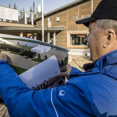 Iso-Syötteen rinneyhtiön toimitusjohtaja, teollisuusneuvos Jorma Terentjeff esittelee uuden huonesitohotellin luonnoksia syskyllä 2018.