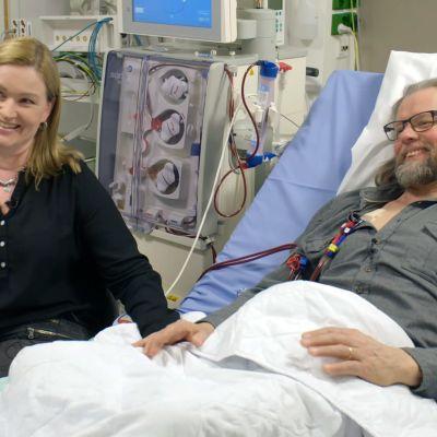 Pariskunta käsikkäin sairaalassa.