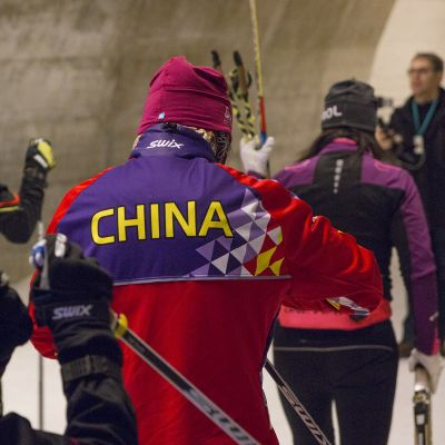 Kiinalaishiihtäjiä harjoittelemassa Vuokatin hiihtoputkessa.