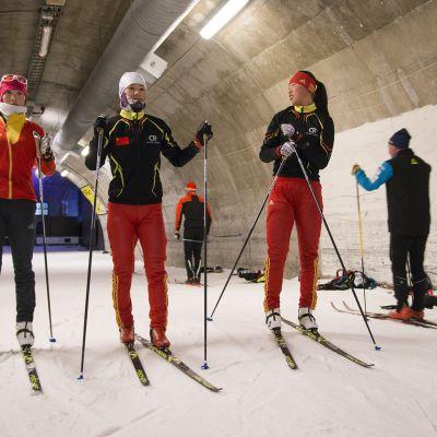 Kiinalaishiihtäjät valmistautumassa tämän talven nuorten MM-hiihtoihin.