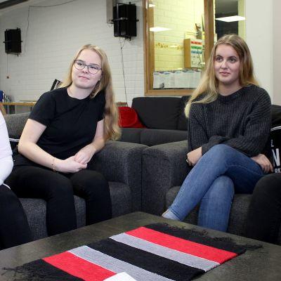 Sohvilla istuvat Kouvolan nuorisovaltuuston Sonja Vilkki, Anni Rautiainen, Jenny Lindfors ja Noora Mäkelä.