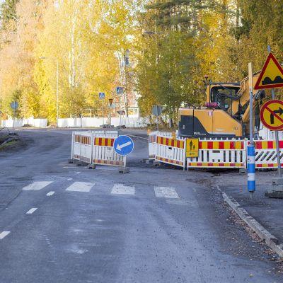 Köhniön Erämiehenkadulla lastenvaunuja työntänyt äiti jäi kuorma-auton alle ja kuoli.