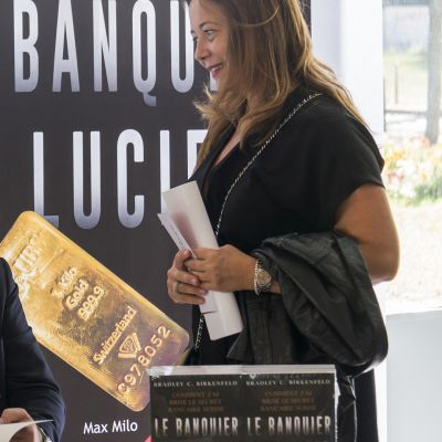 Tietovuotaja markkinoi ranskaksi juuri käännettyä Le Banquier de Lucifer -kirjaansa.