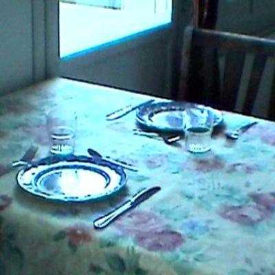 Kattaus kahdelle ruokapöydässä
