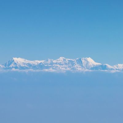 Mount Gurja sijaitsee kuvassa vuorijonon keskiosassa.