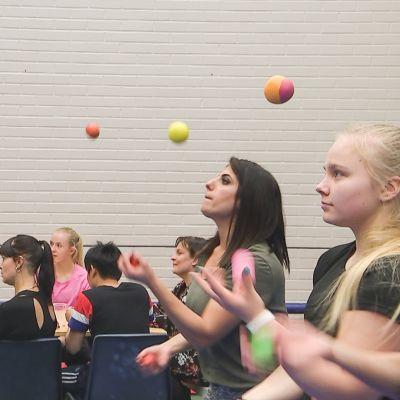 Nuoret harjoittelevat palloilla