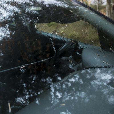 Halkeama auton tuulilasissa.