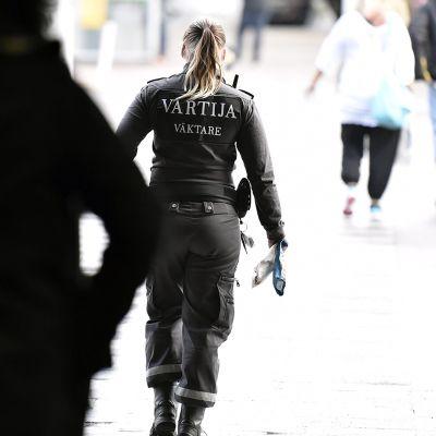 Vartija Helsinki-Vantaan lentoasemalla.