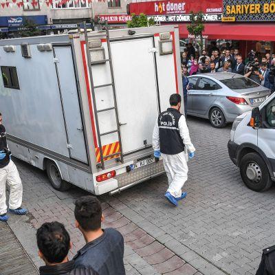 Turkin poliisiviranomaisia ja tutkintaryhmää kuvattuna Jamal Khashoggin tapaukseen liittyvällä tutkintapaikalla Istanbulissa eilen 22. lokakuuta.