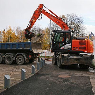 Kuorma-auto, kaivinkone ja kaukolämpöputkirikko Pasilassa Ison Pajan edustalla.