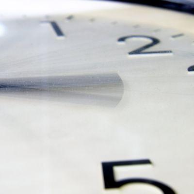 Lokakuun viimeisenä sunnuntaina siirrytään kesäajasta talviaikaan siirtämällä kellon viisareita tunnilla taaksepäin aamuyöllä kello neljästä kello kolmeen.