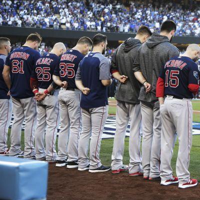 Boston Red Sox -joukkueen pelaajat hiljentyivät Pittsburghin ampumavälikohtauksen uhrien muistoksi ennen pelinsä alkua Los Angeles Dodgersia vastaan L.A.:n Dodger-stadionilla 27. lokakuuta.