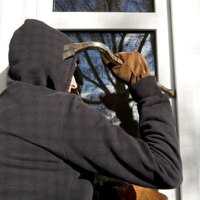Varas murtautuu sisään taloon.