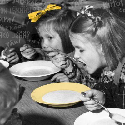 Svartvit bild med skolelever som äter.