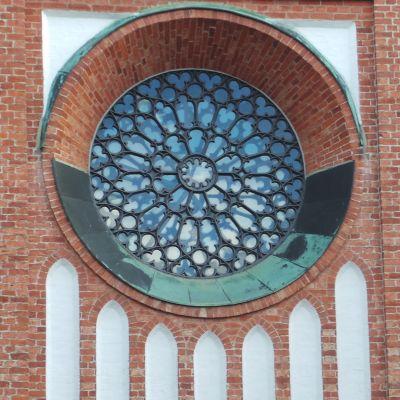 Keski-Porin kirkko, koristeellinen metallikuvio ikkunassa
