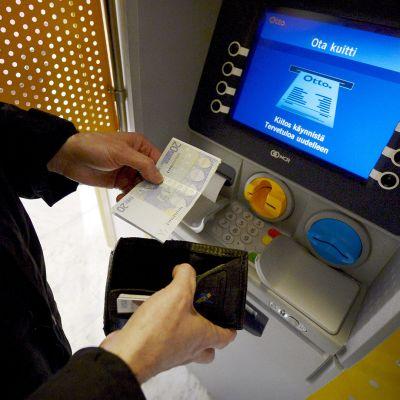 Rahaa nostetaan automaatilla.