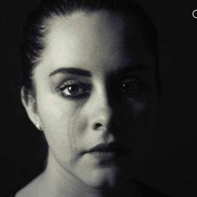 Surullinen nainen mustavalkokuvassa.