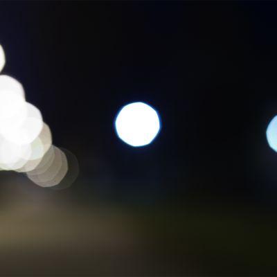 Pimeä, muutamat lamput näkyvät