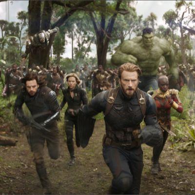 Avengers-elokuvan hahmot juoksevat kohti kameraa.
