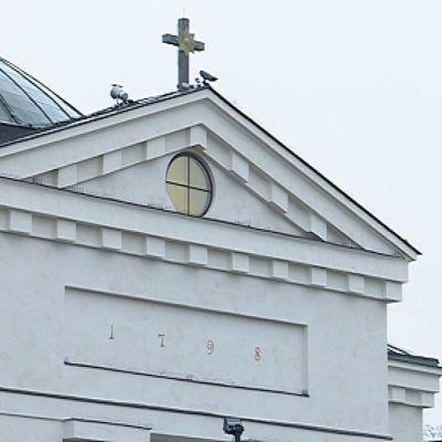 Kuvassa Hämeenlinnan kirkon etuoven yläpuolinen osa