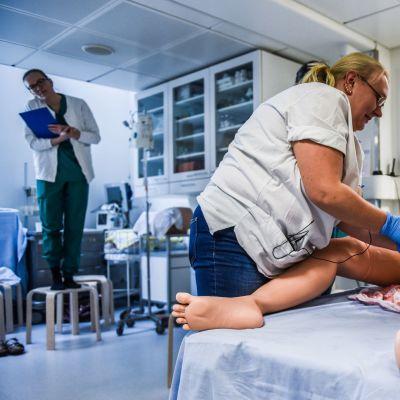Hoitoalan ammattilaiset pääsevät harjoittelemaan vaikeaa synnytystä nuken avulla – Katso, kuinka Victoria-nukelle käy