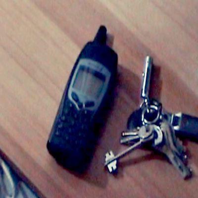 Kuvassa matkapuhelin ja avainnippu