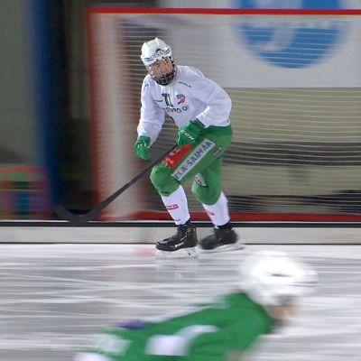 Tuukka Loikkanen luistelee Kisapuiston jäällä Lappeenrannassa.