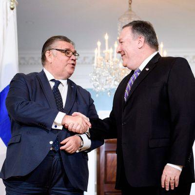 Timo Soini kättelee USA:n ulkoministeri Mike Pompeon kanssa.
