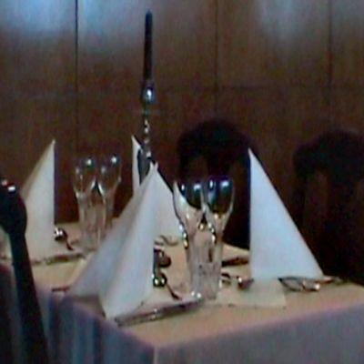 Ravintolan sisätilat. Kuvitusta Rikostarinoita Suomesta -ohjelmaan