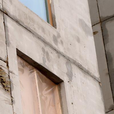 Keskeneräisen talon betoniseinä