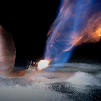 Janne Elon videolla jäätynyt metaanikupla puhkaistiin puukolla ja sytytettiin. Kuplasta purkautuva metaani palaa sinisellä liekillä.