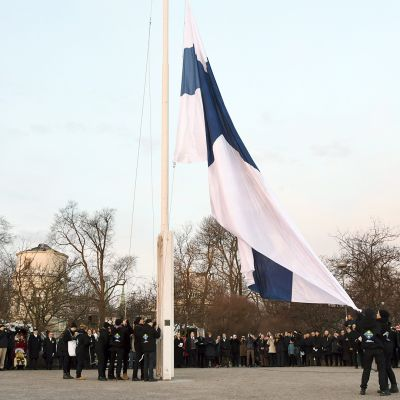 Partiolaiset nostavat Suomen lipun salkoon itsenäisyyspäivän valtakunnallisen lipunnoston tilaisuudessa Tähtitorninmäellä Helsingissä.
