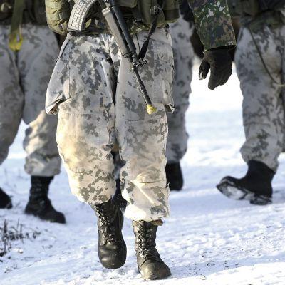Varusmiehiä sotaharjoituksessa.
