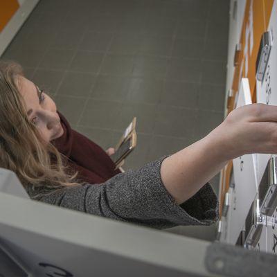 Johanna Ylönen nouti automaattilokerosta verkkokaupasta ostettua muotia.